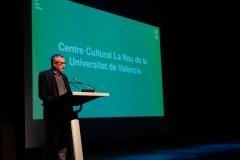 Miguel Corella Lacasa presenta la medalla al Centre Cultural La Nau